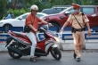 Ảnh: CSGT tuần tra xử phạt người không đeo khẩu trang, giải tán đám đông