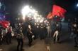 Video: Người dân Chí Linh reo hò, bắn pháo hoa mừng ngày dỡ bỏ phong toả