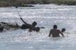 Cố chụp ảnh tự sướng, gia đình 4 người bị nước cuốn trôi