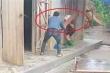 Nghịch tử dùng ghế đánh mẹ già: Xử lý cả người đánh lẫn người quay clip