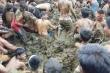 Clip: Tin rằng có thể ngừa Covid-19, dân Ấn Độ đua nhau tắm phân bò