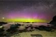 Choáng ngợp trước hiện tượng cực quang tuyệt đẹp trên bãi biển  Scotland
