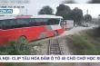 Clip: Lái xe ô tô chở hơn 40 học sinh cố tình vượt đường ray bị tàu đâm ngang