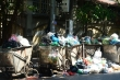 Dân lại chặn xe vào bãi rác Nam Sơn, phố Hà Nội ùn ứ rác thải