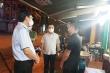 Nhà hàng ở Hà Nội bên ngoài đóng cửa, lén lút phục vụ khách bên trong