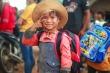 Nụ cười rạng rỡ của học sinh nghèo lần đầu được cầm bộ sách còn thơm mùi giấy