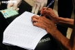 Ảnh: Người dân xúc động ký nhận tiền hỗ trợ từ gói 886 tỷ đồng của TP.HCM