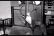 Clip: Tên trộm mắc kẹt, ngủ lại quán chờ... bị bắt