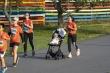 Em bé ngồi xe đẩy cùng mẹ chinh phục giải marathon trên đảo