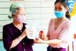 Xúc động cụ bà 87 tuổi tháo đôi bông tai ủng hộ địa phương chống dịch Covid-19