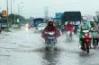 Sau mưa lớn, dân lại bì bõm trên quốc lộ cứ mưa là ngập