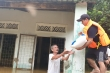 Chèo ghe, vượt lũ sẻ chia từng bao gạo, gói mỳ tôm cho người dân ở Hội An