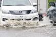 Xe vẫn phải bơi trên đường sau trận mưa lịch sử ở TP.HCM