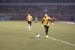 Video: Jack đối đầu Quang Hải ở trận bóng đá vì miền Trung