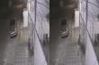 Clip: Tình huống không tin nổi khi chàng trai ngã khỏi xe lăn
