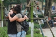 Khách nước ngoài tại Hà Nội không đeo khẩu trang thản nhiên ôm hôn giữa dịch Covid-19