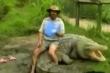 Clip: 'Thổ dân chân trần' Australia ngồi trên lưng cá sấu khổng lồ