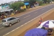 Thót tim cảnh bé trai chạy qua đường bị ô tô hất văng nhiều mét