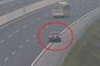 Clip: Cận cảnh xe ô tô liều lĩnh đi lùi 6km trên cao tốc Hà Nội - Hải Phòng