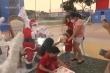 Ông già Noel thời COVID-19: Đón Giáng Sinh trong lồng nhựa
