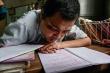 Video: Thầy giáo khổ luyện viết bằng miệng, dạy chữ cho học trò nghèo