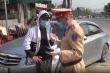 Xử lý lái xe không chịu đo nồng độ cồn còn livestream nói xấu CSGT