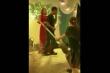 Clip: Bị vợ cầm chổi đánh vì mải 'đu đưa' trong đám cưới