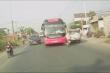 Video: Xe khách lấn làn tông văng người đi xe máy