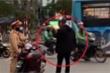 Clip: Va chạm giao thông, thanh niên cầm dao hung hăng doạ CSGT