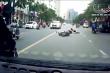 Clip: Xe ba bánh tự chế lạng lách, gây tai nạn rồi bỏ chạy