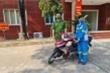 Công an góp tiền tặng xe máy mới cho nữ lao công bị cướp trong đêm