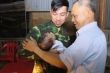 Chiến sỹ biên phòng gặp con trai đầu lòng sau 3 tháng chống dịch COVID-19