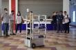 Video: Robot điều khiển từ xa chuyển thức ăn, nhu yếu phẩm tại khu cách ly ở Đà Nẵng