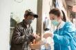 Á hậu Huyền My tới xóm chạy thận tặng suất ăn tiếp sức chống dịch COVID-19