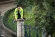Người Thủ đô trèo rào, chui vào công viên để tập thể dục bất chấp lệnh cấm