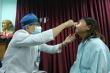 Video: Bị đạn lạc xuyên vào mắt, bệnh nhân sống sót thần kỳ