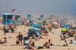 Bãi biển Mỹ chật kín người giữa mùa dịch COVID-19