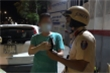 Bị CSGT kiểm tra nồng độ cồn, tài xế giơ thẻ luật sư