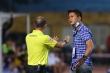 Cầu thủ suýt bỏ ra ngoài phản đối trọng tài, HLV Thanh Hóa kịp thời can ngăn