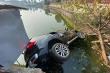 Ô tô chở 4 người lao xuống hồ ở Hà Nội