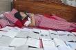 Cười ngất cảnh nữ sinh ngủ cùng sách vở bày la liệt trên giường trướcngày thi