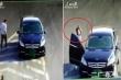 Clip: Người đàn ông che biển số, lùi ôtô trên cao tốc, vẫy tay chào camera