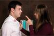 Phản ứng hoang đường của vợ khi thấy vết son trên áo chồng