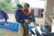 Cán bộ xã chèo thuyền vượt lũ đưa bệnh nhân ung thư đi cấp cứu
