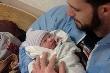 Rớt nước mắt ngắm khoảnh khắc cha thấy con mới sinh ra