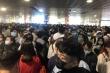 Hàng nghìn khách xếp hàng chờ soi chiếu, sân bay Tân Sơn Nhất 'thất thủ'