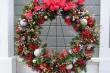 Cách làm vòng nguyệt quế trang trí Noel siêu đẹp chỉ từ chiếc móc quần áo