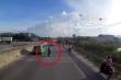 Clip: Lái xe taxi chặn đầu container nghi 'giở trò ăn vạ' ở Thanh Hóa
