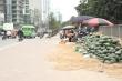 Video: Nông sản giải cứu tràn xuống vỉa hè, chiếm đường người đi bộ