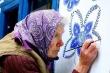 Cụ bà 90 tuổi vẽ tranh trang trí tường cho cả ngôi làng gây bão mạng